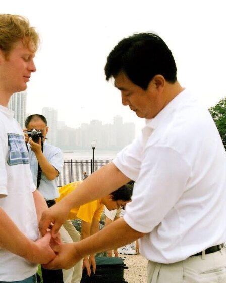 Мастер Фалунь Дафа обучает упражнениям