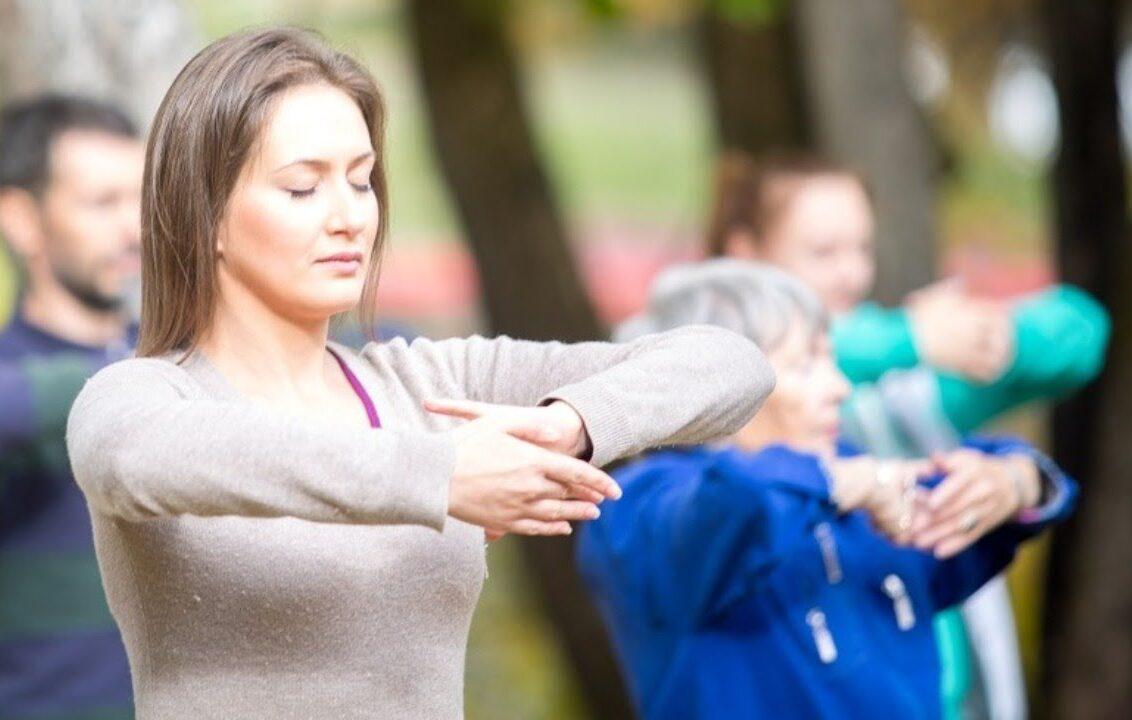 Выполнение упражнений Фалуньгун в парке